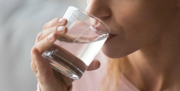 Masih Sering Lupa Minum Air Putih? Kamu Harus Tahu Manfaat Minum Cukup Air Putih